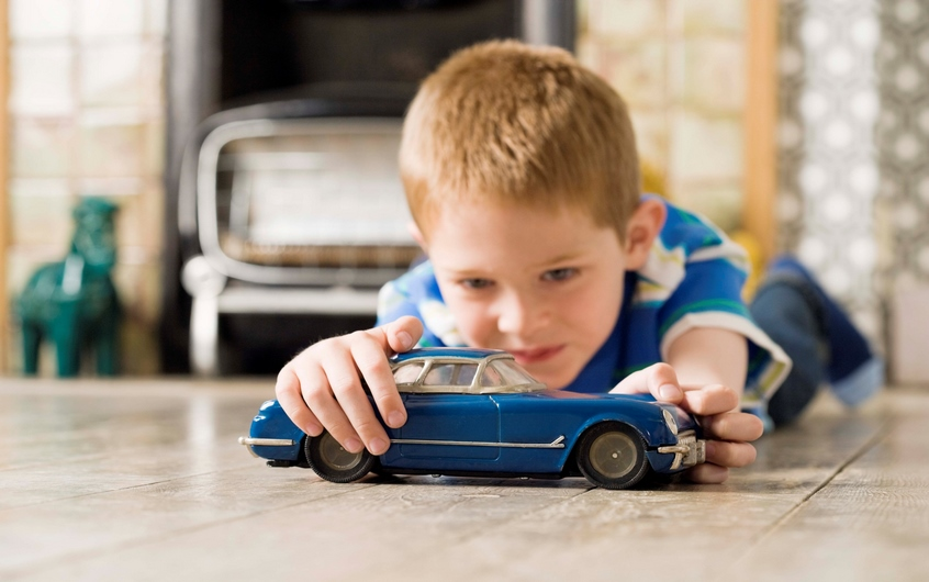 683666-thinkstockphotos-86488268-boy-playing-with-toy-car-kopiowanie